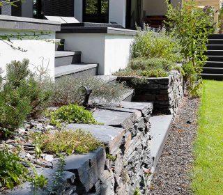 Natursteinmauer und Bepflanzung