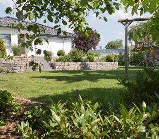 Gartengestaltung mit Natursteinmauer
