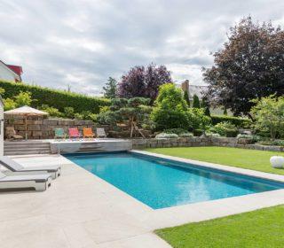 Naturpool mit Poolhaus und gepflegtem Rasen