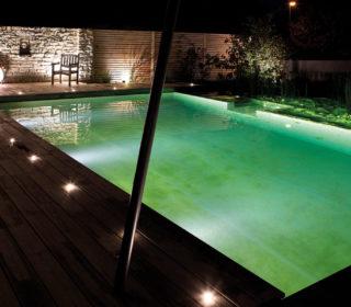 Schwimmteich mit Beleuchtung