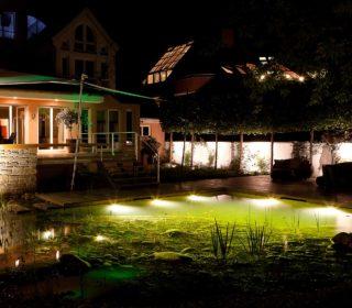 Gartenteich mit Beleuchtung