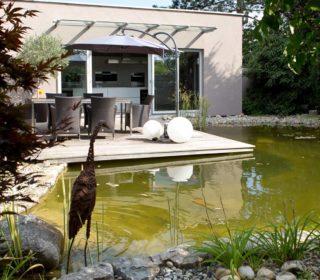 Gartenteich mit Terrasse