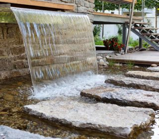 Wasserschütte mit Trittfläche über Flachwasser