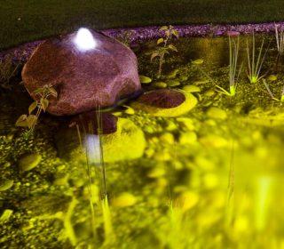 Beleuchteter Gartenteich mit Wasserspiel