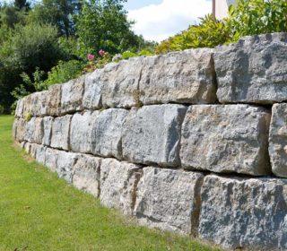 Steinmauer aus Muschelkalk