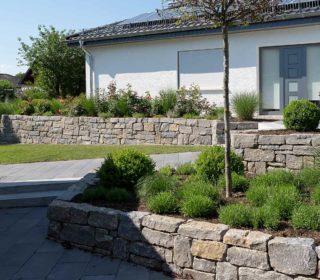 Hochbeete und Steinmauern
