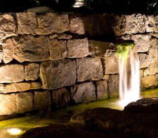 Beleuchtete Natursteinmauer